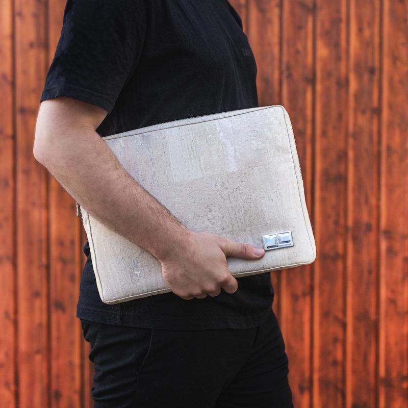 Business Geschäftsmann mit weißer LUCA Laptophülle aus Kork von Jorge Carmo