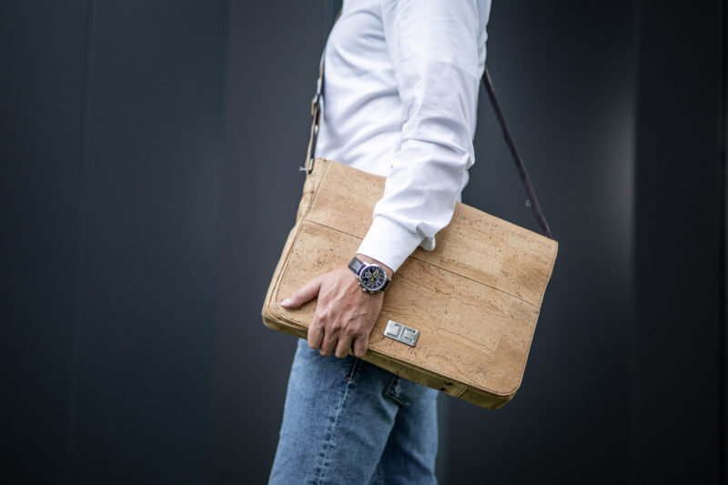 Business Geschäftsmann mit Natur Umhängetasche Schultertasche Laptoptasche aus Kork von Jorge Carmo