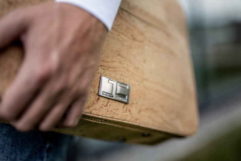 Businessman steht mit Natur Umhängetasche Schultertasche Laptoptasche aus Kork von Jorge Carmo Makro