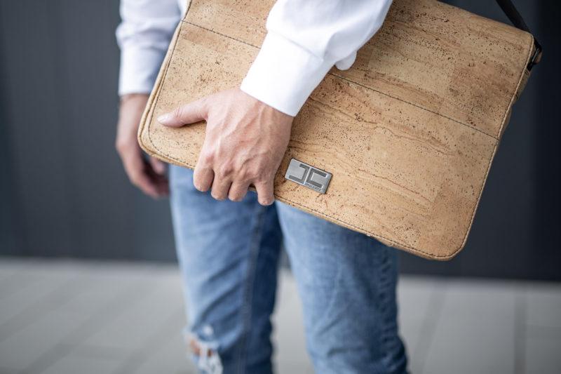Businessman steht mit Natur Umhängetasche Schultertasche Laptoptasche aus Kork von Jorge Carmo