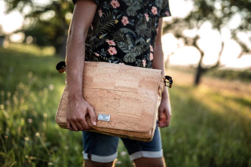 Mann unterwegs Casual Freizeit mit Natur Umhängetasche Schultertasche Laptoptasche aus Kork von Jorge Carmo