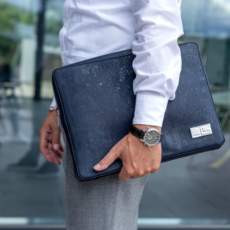 Business Geschäftsmann mit dunkelblauer LUCA Business Bag aus Kork von Jorge Carmo