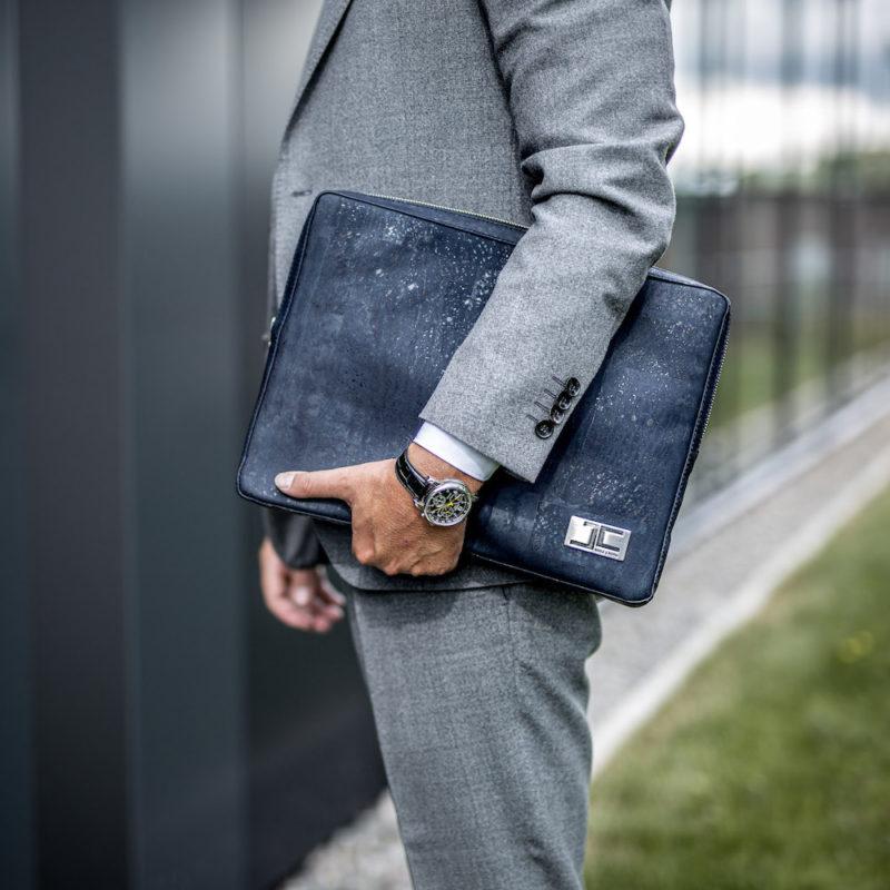 Business Geschäftsmann wartet mit dunkelblauer LUCA Laptoptasche aus Kork von Jorge Carmo