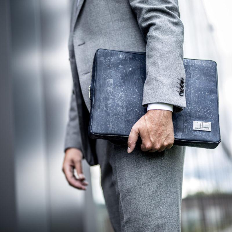 Business Geschäftsmann mit dunkelblauer LUCA Laptoptasche aus Kork von Jorge Carmo