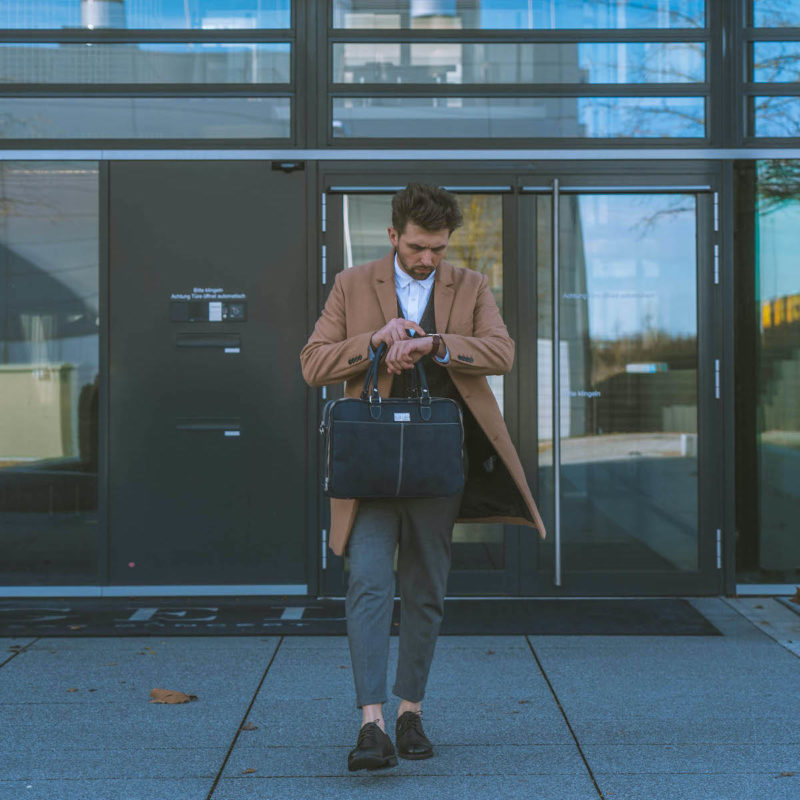 Business Geschäftsmann mit Laptoptasche RALF dunkelblau aus Kork von Jorge Carmo