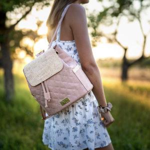 Sommer Frau läuft im Sommerkleid mit geschultertem Rucksack EMILIA aus Kork von Jorge Carmo beige Damenrucksack draußen bei Sonnenuntergang