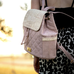 Sommer Frau läuft mit geschultertem Rucksack EMILIA aus Kork von Jorge Carmo beige Damenrucksack draußen